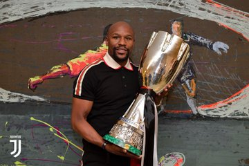 Floyd Mayweather with Juventus trophy